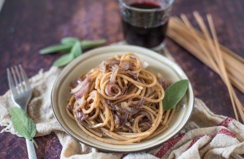 Spaghetti integrali cipolla, acciuga e cannella: facilissimi