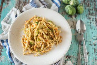 Strozzapreti carote e cavoletti di bruxelles: primo piatto vegetariano