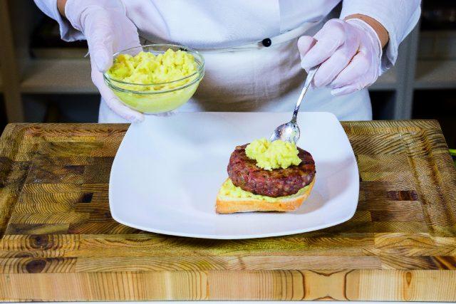 hamburger-di-manzo-e-salsiccia-con-salsa-guacamole-a1880-10