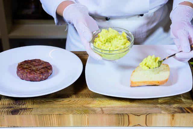 hamburger-di-manzo-e-salsiccia-con-salsa-guacamole-a1880-9