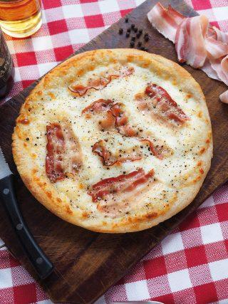 Pizza bianca con caciotta, pepe e bacon al bimby