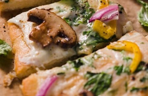 Pizza con funghi, cipolla e peperoni al bimby