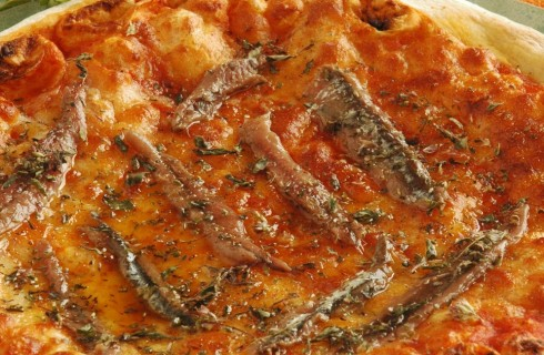 Pizza con pomodoro, mozzarella e acciughe al bimby