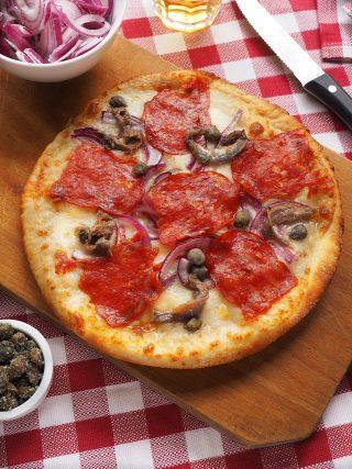Pizza con salame piccante, cipolla, acciughe e capperi al bimby