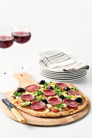 Pizza con salamino, formaggi misti e olive al bimby