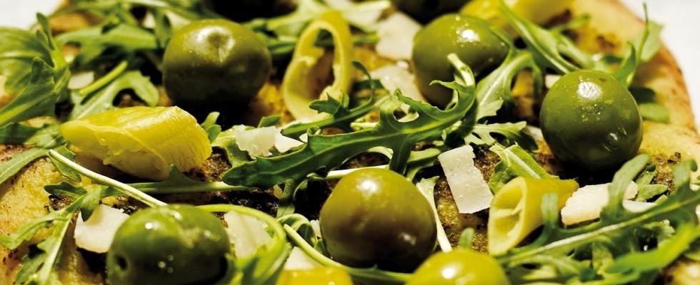 Pizza verde con olive, rucola, peperoncini e grana al bimby