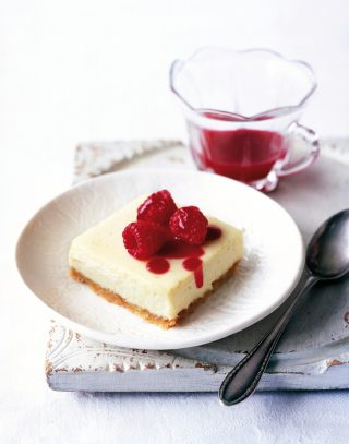 Quadrati di cheesecake con yogurt e lamponi al bimby