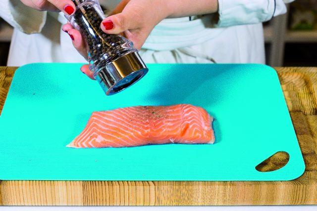 salmone-cotto-sulla-tavoletta-di-legno-di-cedro-a1845-2