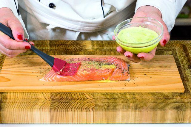 salmone-cotto-sulla-tavoletta-di-legno-di-cedro-a1845-3