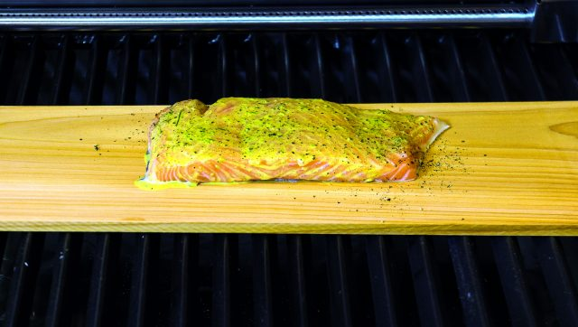 salmone-cotto-sulla-tavoletta-di-legno-di-cedro-a1845-4