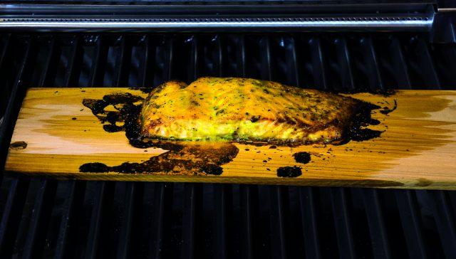salmone-cotto-sulla-tavoletta-di-legno-di-cedro-a1845-5
