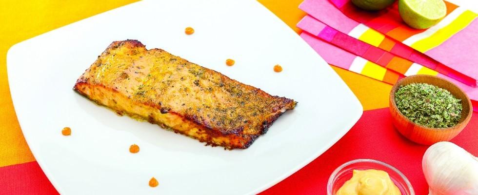 Salmone cotto su tavoletta di cedro al barbecue: secondo di mare