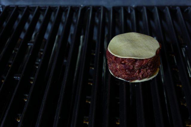 sandwich-di-manzo-crudo-al-barbecue-con-maionese-speziata-e-marmellata-di-fichi-a1991-2