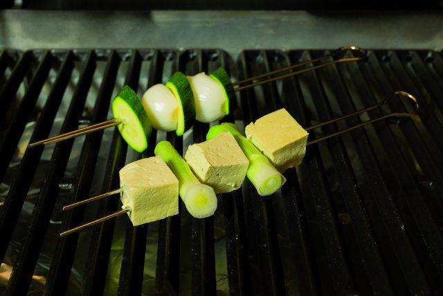 spiedini-di-tofu-al-barbecue-con-verdure-e-salsa-al-prezzemolo-a1964-3