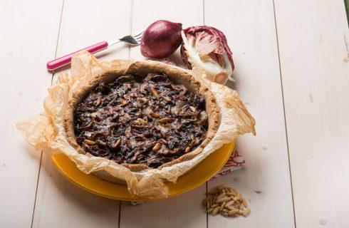 Torta rustica al radicchio e pinoli: ideale per l'autunno
