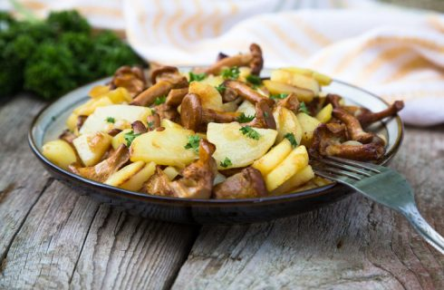 Funghi galletti con patate, la ricetta del contorno autunnale