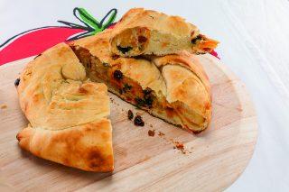 Pizza incartellata sul barbecue: pochi ingredienti per un risultato gustoso