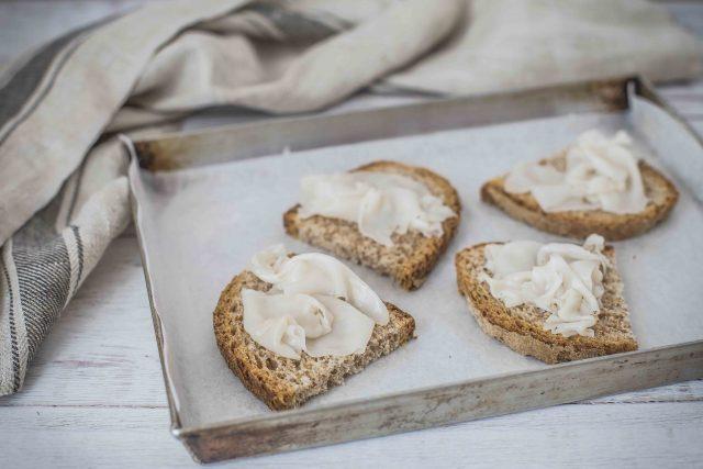 step-3-crostini-con-lardo-e-mousse-di-pecorino