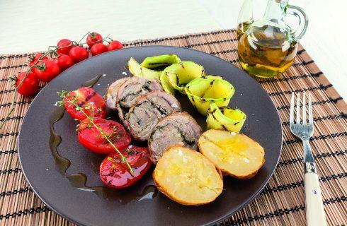 Spalla di capretto arrotolata al barbecue: il pranzo è servito