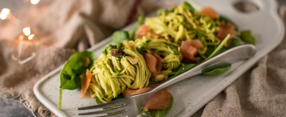Tagliolini al pesto di pistacchi e salmone: pronti in un batter d'occhio