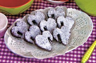 Biscotti al cacao senza glutine, con ripieno di marmellata