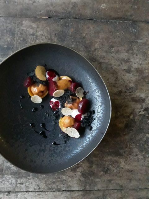 ravioli-rapa-rossa-mandorla-e-tartufo-nero