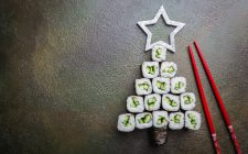 Come fare l'albero di Natale con il sushi