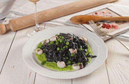 Bigoli al nero con seppie e piselli, primo piatto goloso