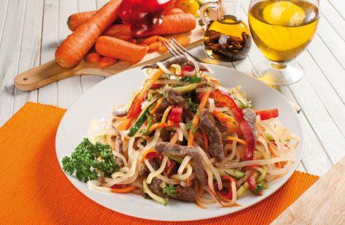 Noodles di riso con verdure e maiale in agrodolce, cucina asiatica