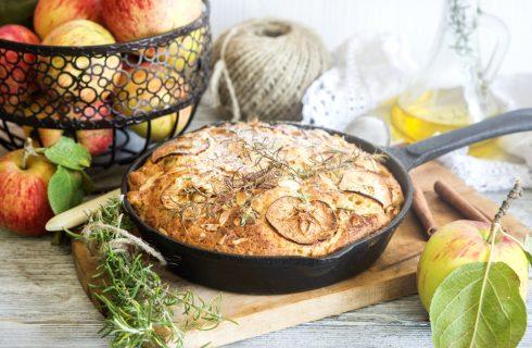 Torta di mele all'olio e rosmarino: rustica al punto giusto