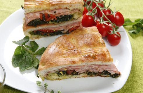 Focaccia ripiena con cicoria, mortadella e pomodori: semplice e gustosa