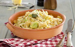 Pasta con verza, patate e caciocavallo: primo piatto ricco