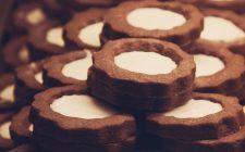 Biscotti al cacao con crema di marroni, la ricetta