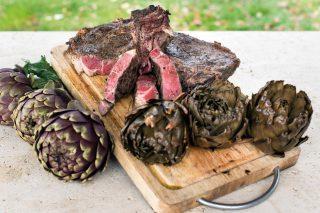 Bistecche al barbecue marinate al vino rosso con contorno di carciofi