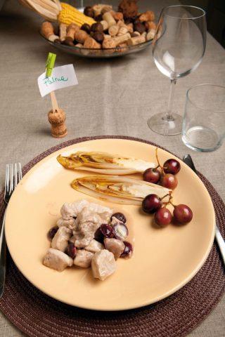 Bocconcini di maiale con indivia belga e uva al rosmarino