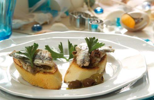 Bruschette con alici, olive taggiasche e prezzemolo