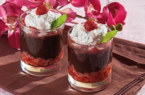 Caldo freddo di cioccolato e fragole per dessert