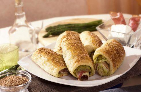 Cannoli di sfoglia con asparagi speck e robiola: finger food