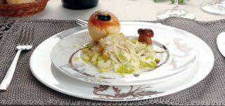 Carpaccio di porcini, sedano e parmigiano con pane al rosmarino e uva