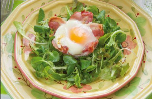 Cestino di bacon con uovo e formaggio: colazione salata