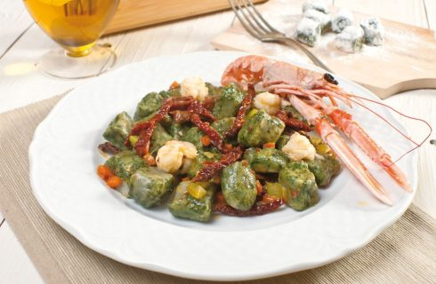 Chicche agli spinaci con scampi e pomodori secchi