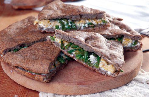 Focaccia al grano saraceno con uova, ricotta e asparagi