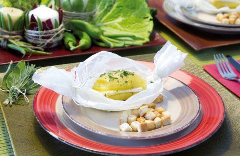 Formaggio brie con patate aromatizzate alle erbe e crostini di pane