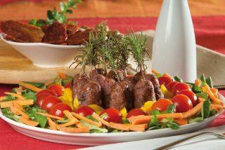 Spiedini di carne con insalata mediterranea