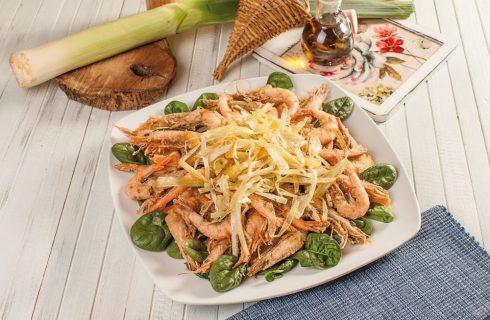 Frittura di gamberi e porri con insalata di spinaci