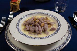 Gnocchi di patate viola con noci