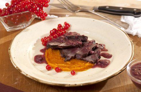 Guancia di manzo ai frutti rossi e crema di carote al curry