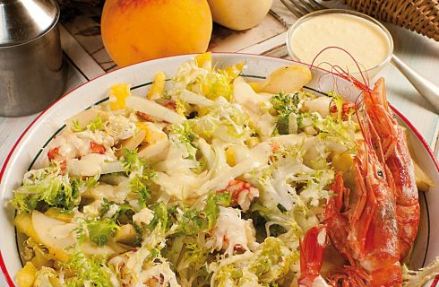 Insalata di gamberi, ananas, pesche e yogurt greco