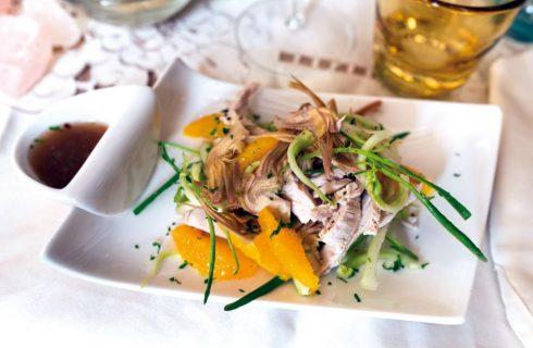 Insalata di tacchino con puntarelle, carciofi e arancia con vinaigrette
