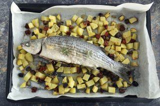 Cefalo al forno con patate: secondo piatto leggero e delizioso